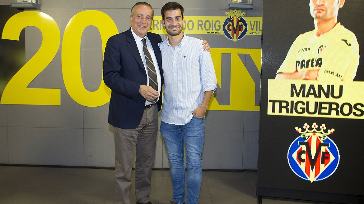 Trigueros receives the club's gold insignia