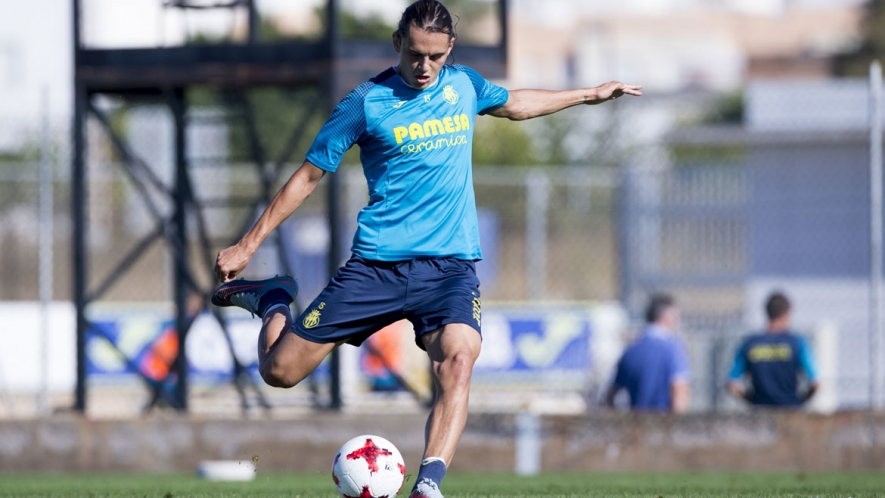 Enes Ünal shoots during a training session at the Villarreal CF Training Ground (Ciudad Deportiva).