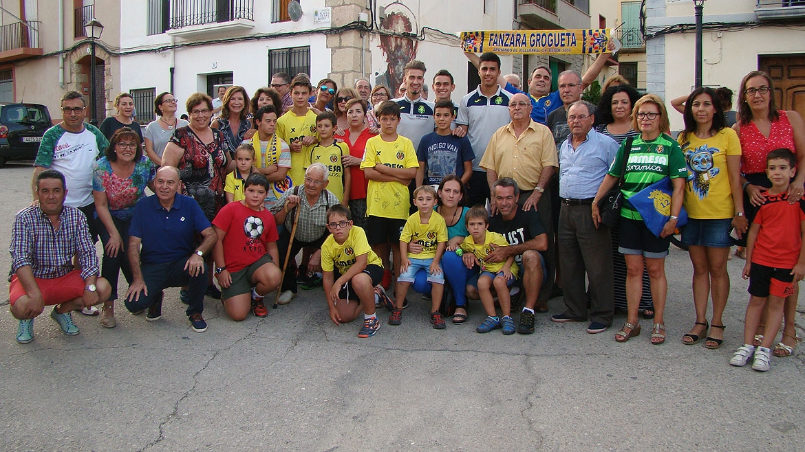 Villarreal CF players together with some Fanzara residents just before the inauguration of the Fan Club.