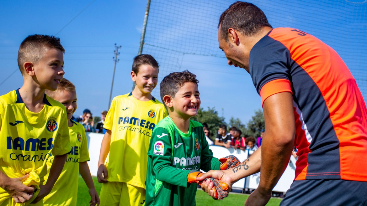 PHOTO: Santi Cazorla meets players at last year's camp.