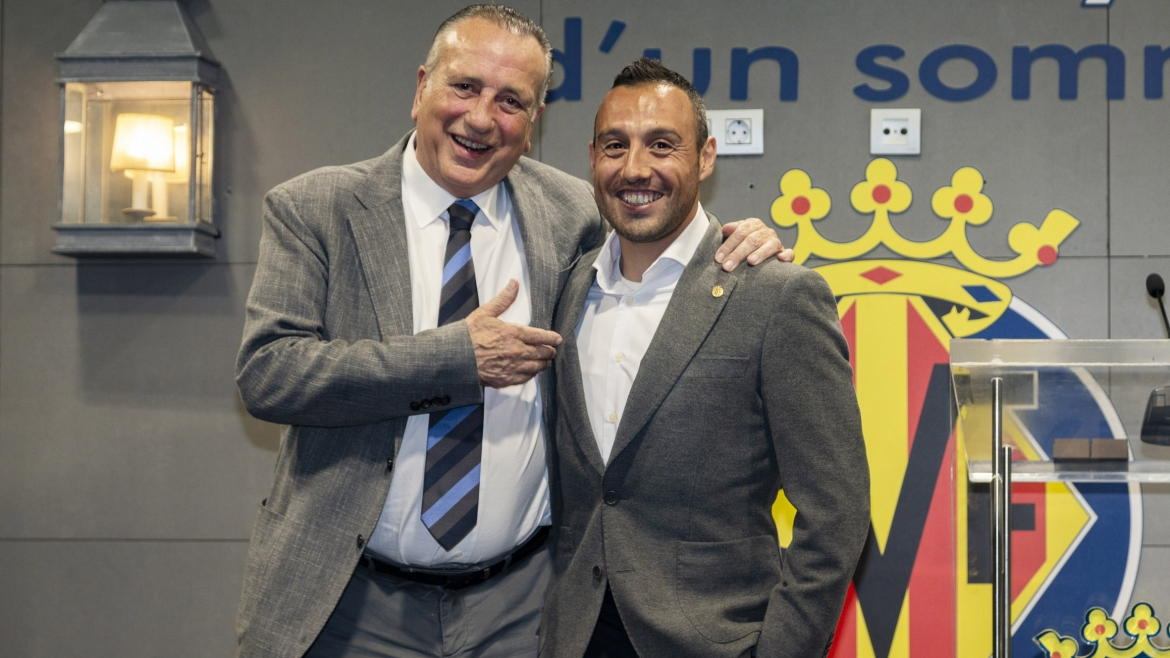 PHOTO: Fernando Roig gives Santi Cazorla his golden badge.||||||
