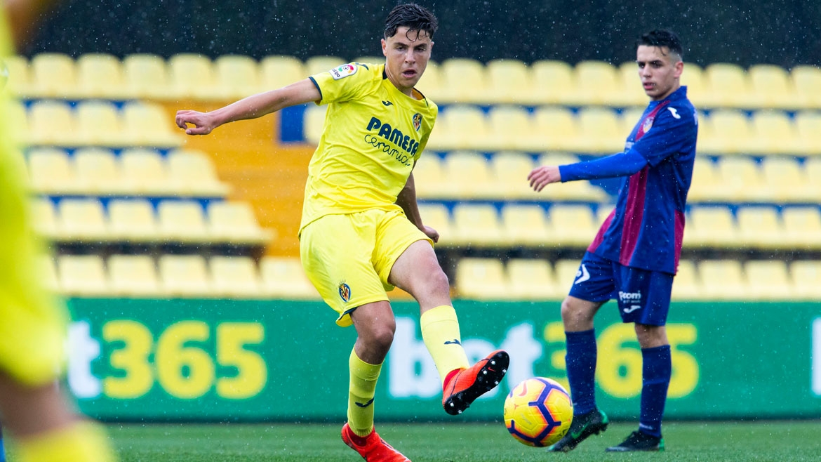 PHOTO: Iván Morante plays a pass during a league tie against UD Alzira at the Mini Estadi.