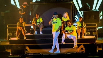 Major Lazer tiñe el FIB de amarillo
