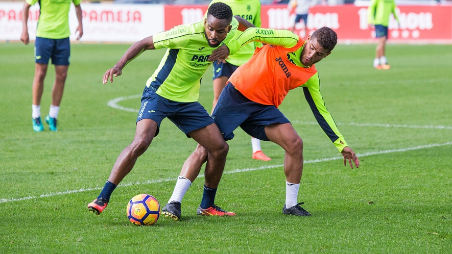 Bakambu holds off Jonathan dos Santos in a training session.
