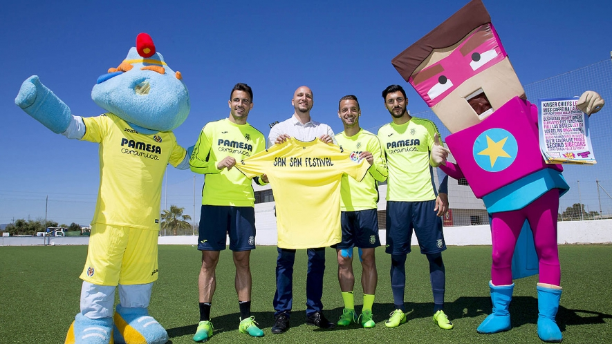Villarreal CF players Mario, Soldado and Soriano, with mascots 'Groguet' and 'Sansito'.