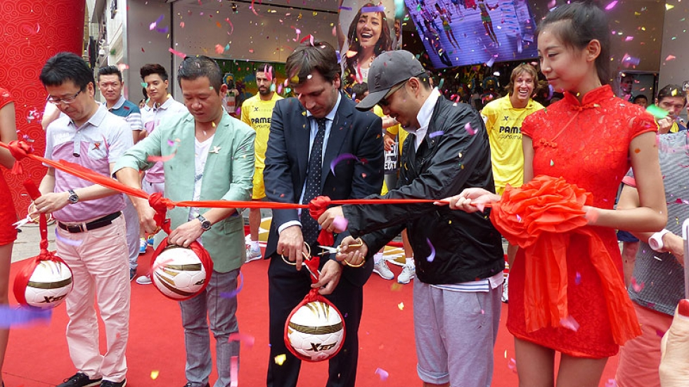 Fernando Roig Negueroles along with Xtep CEO Ding Shuipo at the ribbon cutting