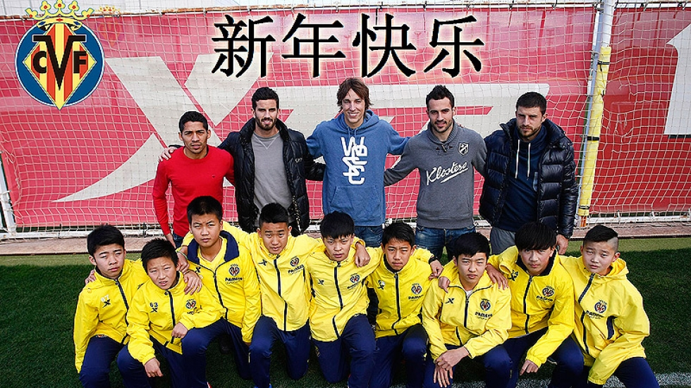 Villarreal's footballers pose for the picture with the Chinese kids of the Wanda Project.
