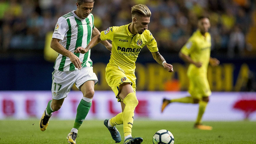 Photo: Samu Castillejo on the ball in the previous match against Real Betis at the Estadio de la Cerámica.