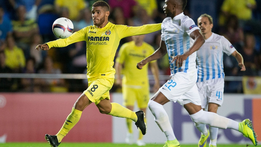 Jonathan dos Santos hits a spectacular volley to score the decisive goal (2-1).
