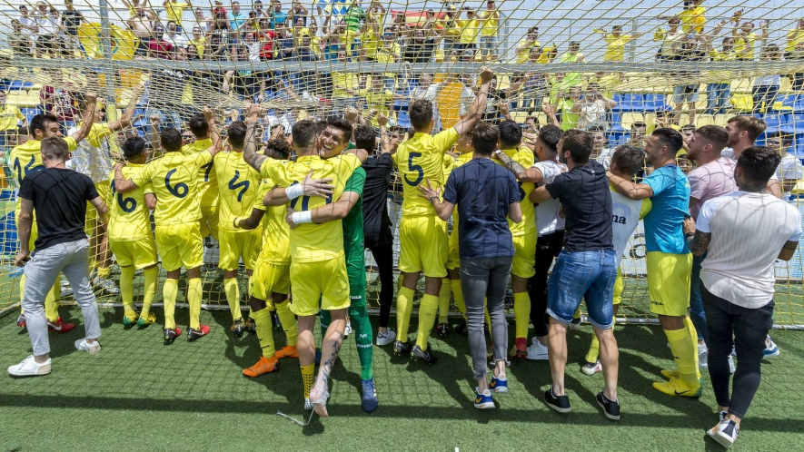 Photo: Villarreal B celebrate with the fans after qualifying for the final round of the play-offs for promotion to LaLiga 123.