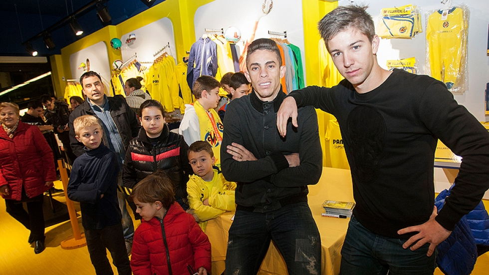 Vietto and Gabriel posing with some of the fans