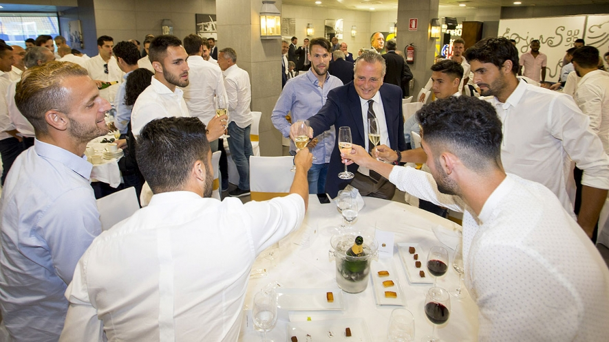 Fernando Roig raises a toast with his players at the official lunch.