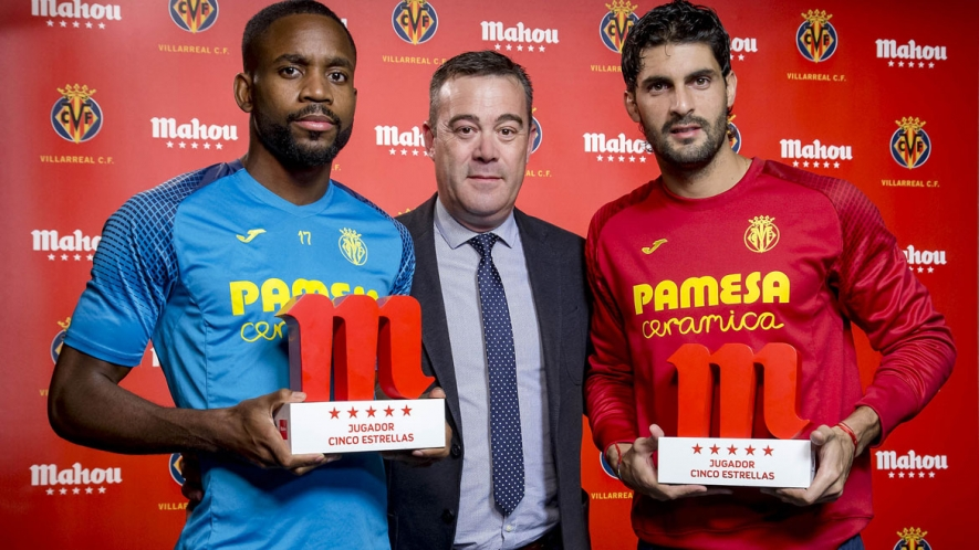 Photo: Your October winners, Bakambu and Barbosa, with Javier Querol from Mahou San Miguel.