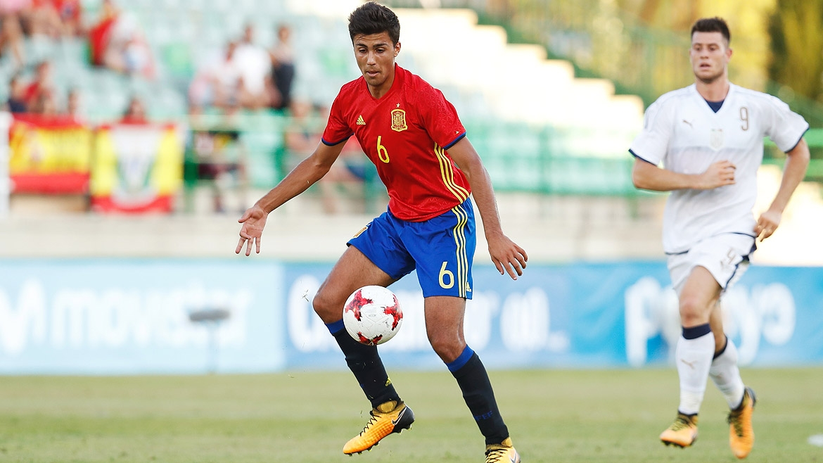 Rodrigo Hernández in action for Spain U21 against Estonia.