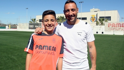 PHOTO: Santi Cazorla poses alongside George Paterakis, from Melbourne, who is currently playing for Villarreal U12s (Alevín).