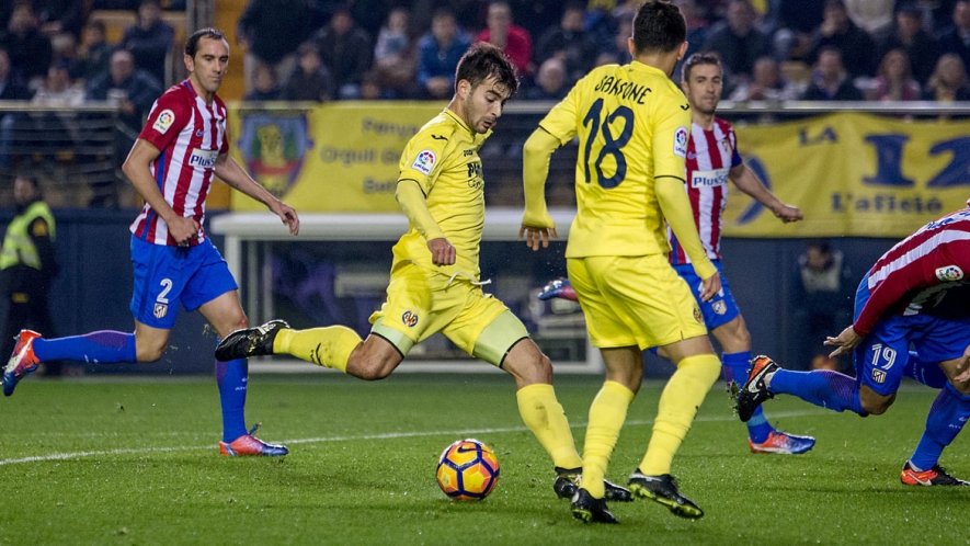 Manu Trigueros shoots during last season's encounter between Atlético Madrid and Villarreal.